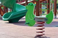 El suelo de caucho en los parques infantiles